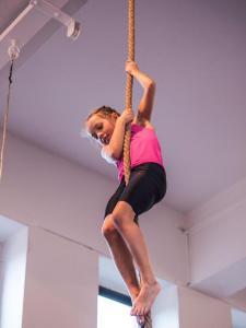 Akrobatyka na powietrznych szarfach i kołach dla dzieci Katowice  (1) (Copy)