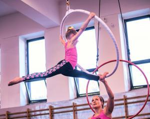 Akrobatyka na powietrznych szarfach i kołach dla dzieci Katowice  (2) (Copy)
