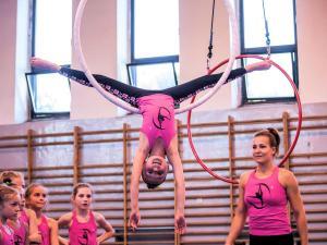 Akrobatyka na powietrznych szarfach i kołach dla dzieci Katowice  (3) (Copy)