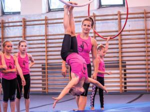 Akrobatyka na powietrznych szarfach i kołach dla dzieci Katowice  (4) (Copy)
