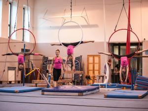 Akrobatyka na powietrznych szarfach i kołach dla dzieci Katowice  (7) (Copy)