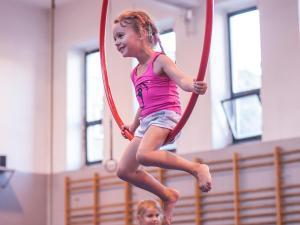 Akrobatyka powietrzna na szarfach i kołach dla dzieci
